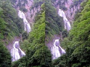 滝(天人峡)を平行法で立体的に見る