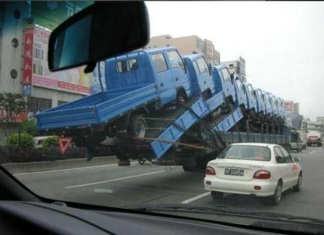 積載量超過!トラック10台を積んで走るトラック